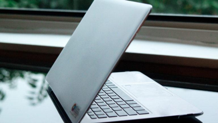 Corona ist nicht der perfekte Zeitpunkt, um ein Buch zu schreiben Halbaufgeklappter Laptop auf Schreibtisch Photo by Tetiana Shyshkina on Unsplash